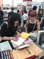 Aneta Žabková podepisuje knihu Pohozené kšandy kamaráda Standy.