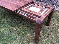 Uložení rozkladu pod deskou stolu