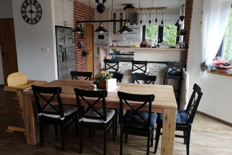 Masivní rozkládací jídelní stoly