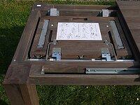 Umístění rozkladu pod deskou stolu