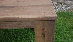 Detail upevnění nohy stolu
