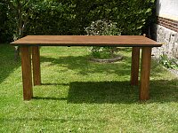Nerozkládací masivní dubový stůl v hnědém odstínu